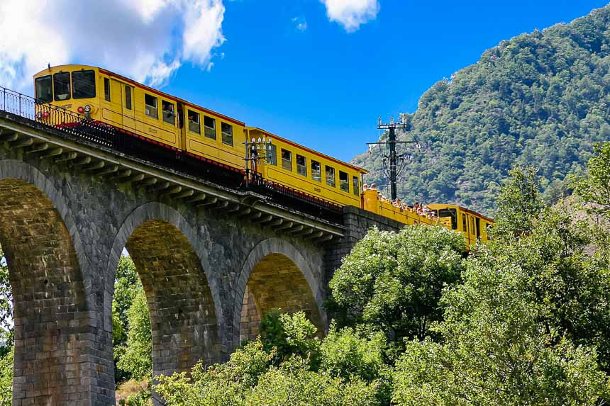 De gele trein passeert de brug bij Ft Romeu - foto ADT des Pyrénées-Orientales