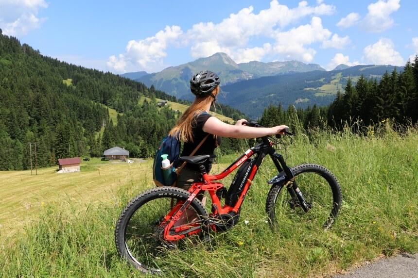Reishonger auteur Sascha van Zonsbeek op de mountainbike in Frankrijk