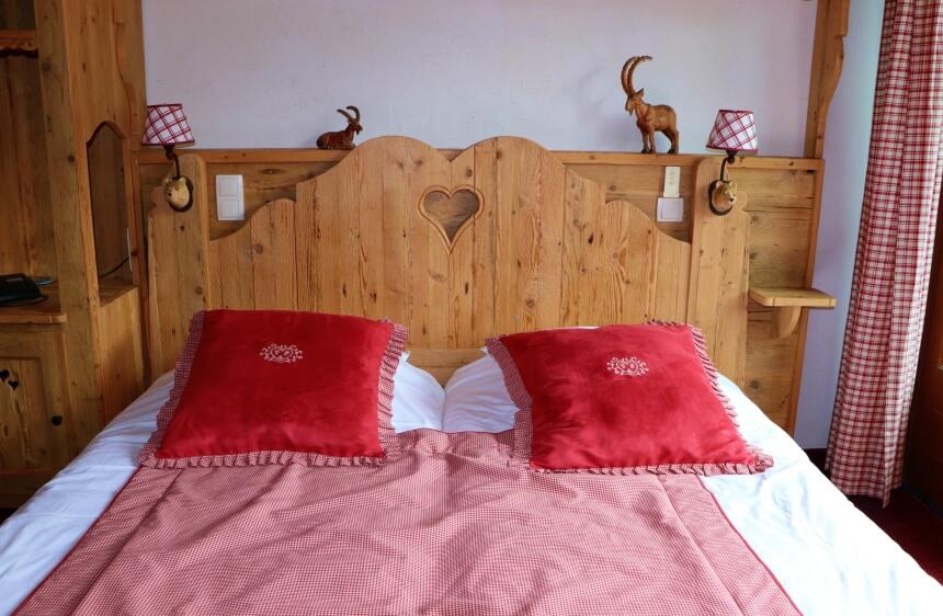 Verblijven in Alpenstijl: een chalet met houtwerk en balkon met bloembakken