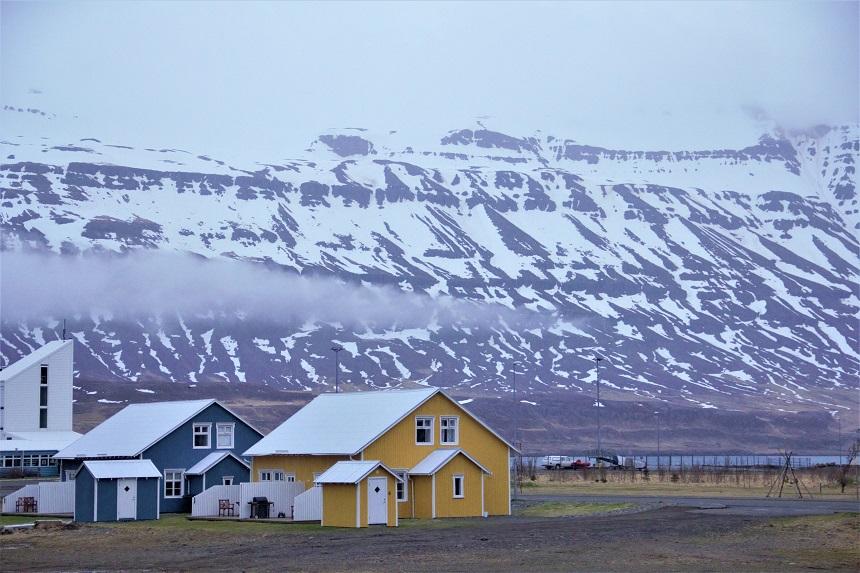 Klein dorpje in Seydisfjordur op IJsland