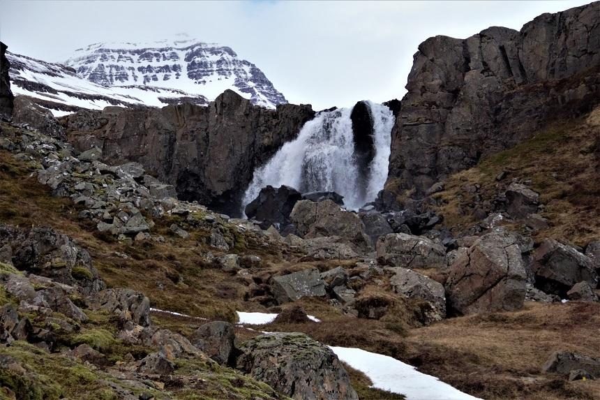 Waterval in Seydisfjordur op IJsland