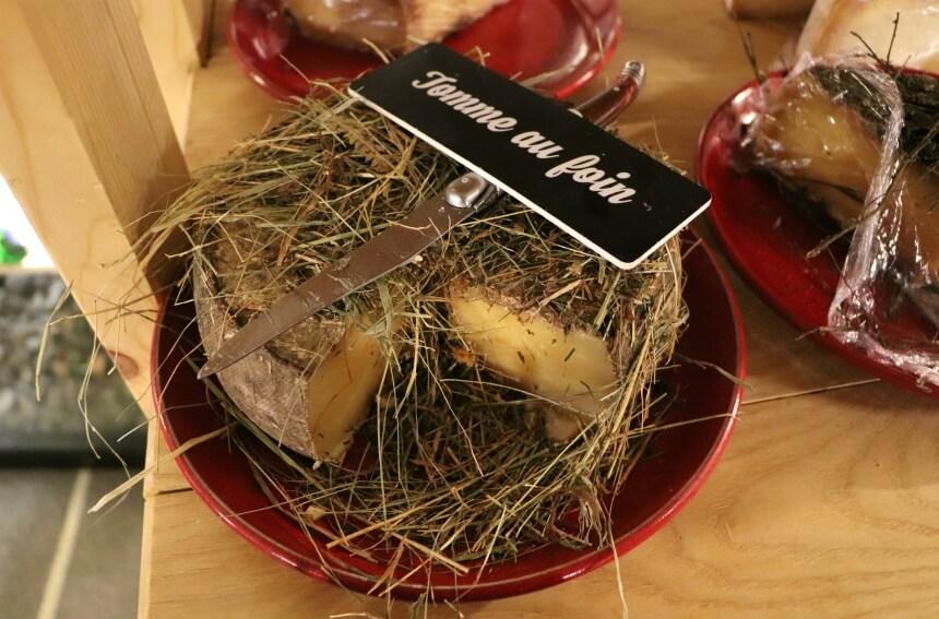 Tomme au foin is kaas gerijpt in kruidenhooi