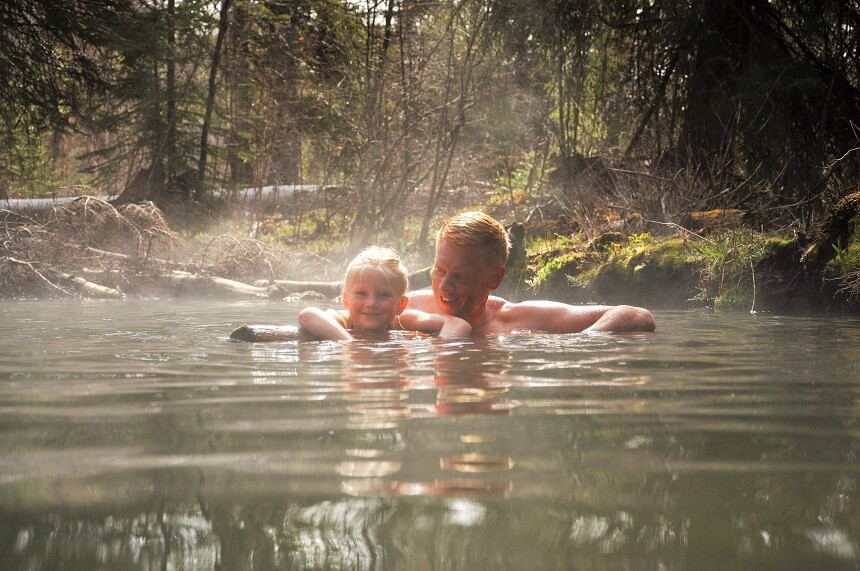 Zwemmen in de Liard Hot Springs