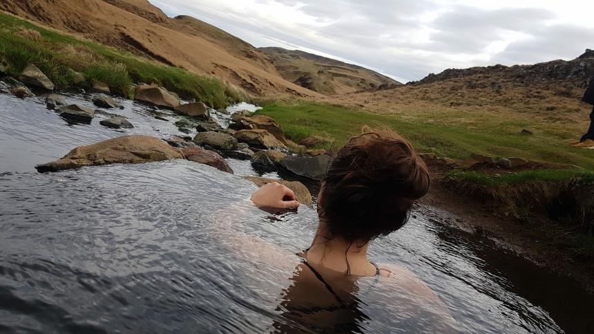 Zwemmen in Hrunalaug - een van de vijf hidden gems in IJsland