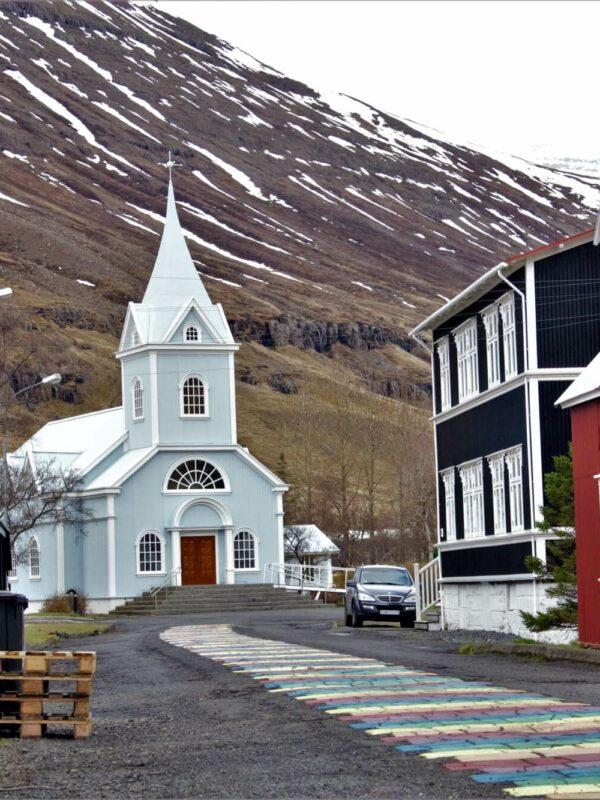 Kerkje in Seydisfjordur op IJsland