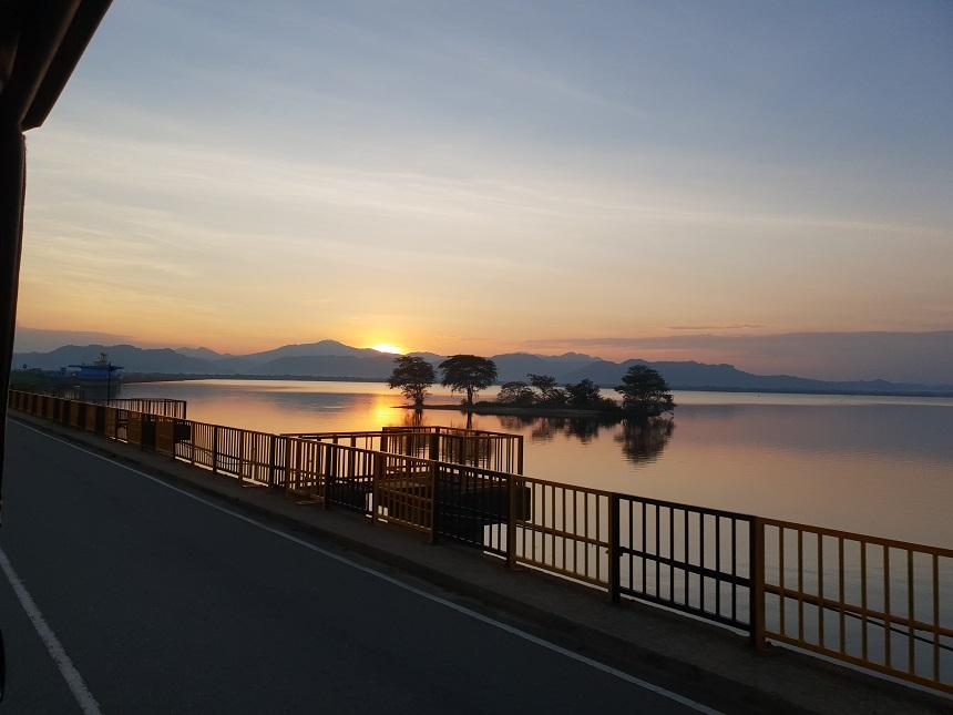 Zonsondergang op weg naar Udawalawe