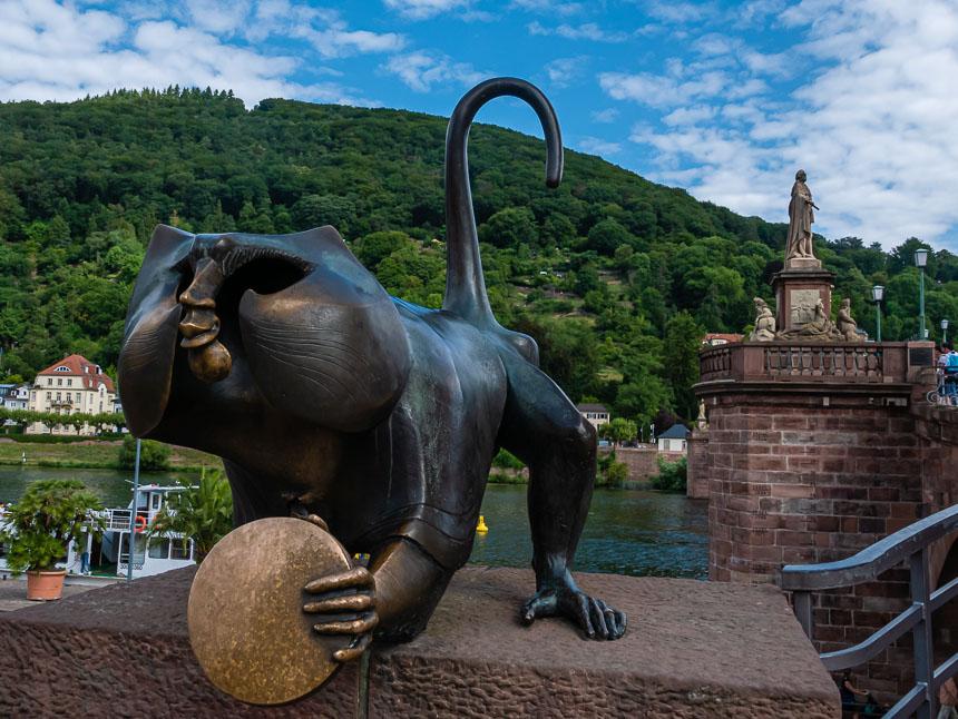 De bronzen aap bij de brug