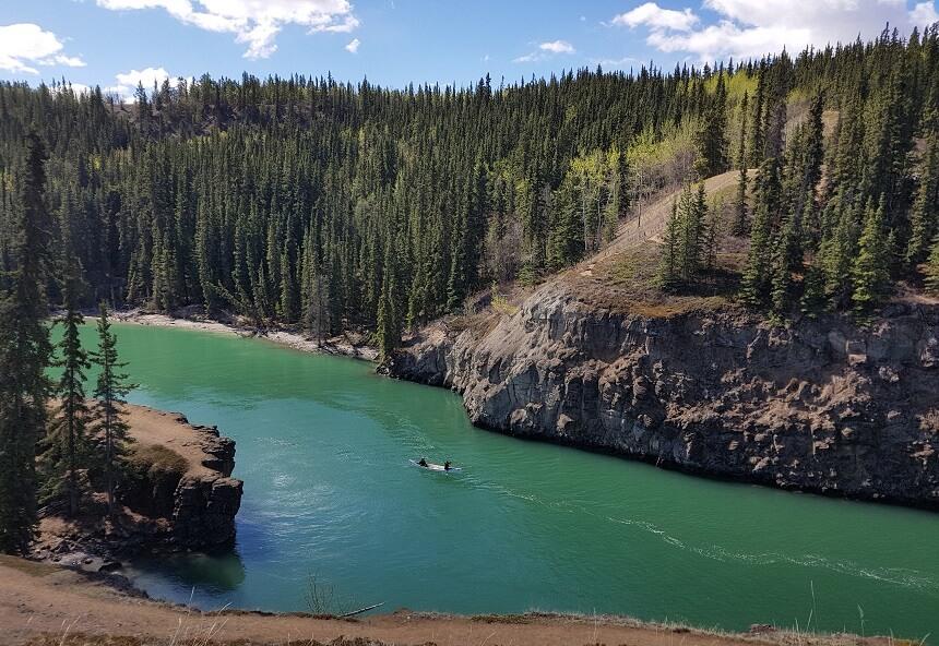 De ruige Yukon rivier loopt door Whitehorse