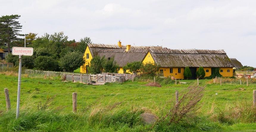 De schattige boerderijen hebben de typisch Deense kleuren.