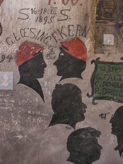 Graffiti in de studentengevangenis eenvormige stijl in de hoofden