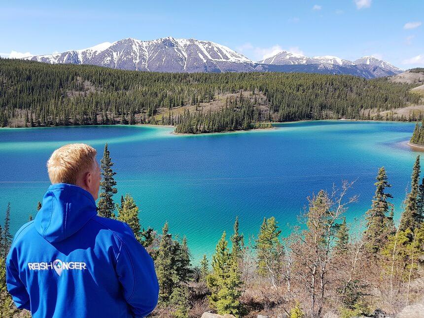 Het azuurblauwe Emerald Lake tussen Whitehorse en Carcross, een van de hoogtepunten van een Yukon roadtrip