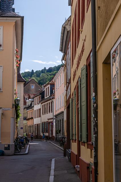 Kromme straatjes met gekleurde huizen