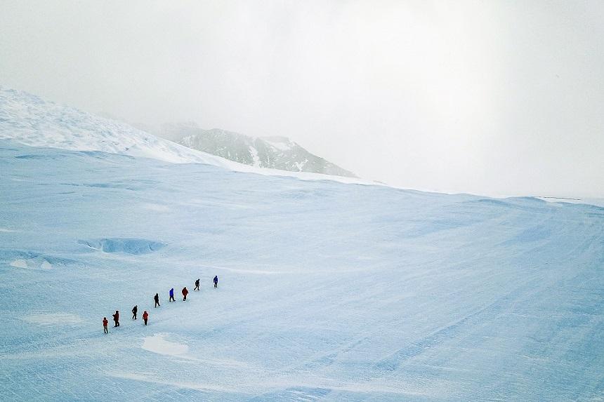 Hiken over het blauwe ijs naar Drake Icefall