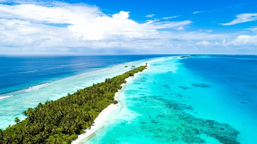 Eiland met bebossing op de Malediven