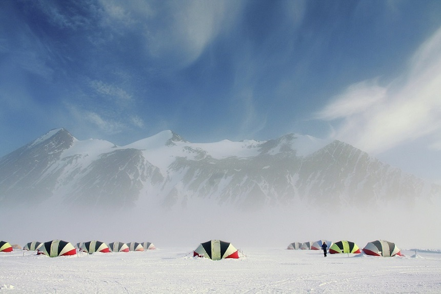 Union Glacier Camp in de mist