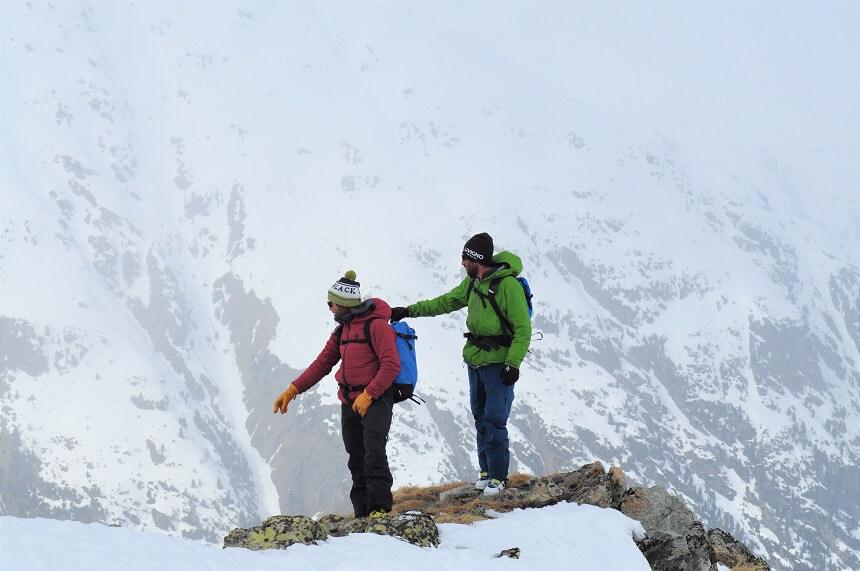 De berggidsen beoordelen het gebied en kiezen de meest veilige route naar beneden