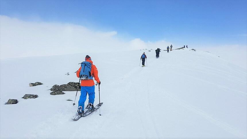Het overbruggen van de laatste hoogtemeters tijdens het skitouren