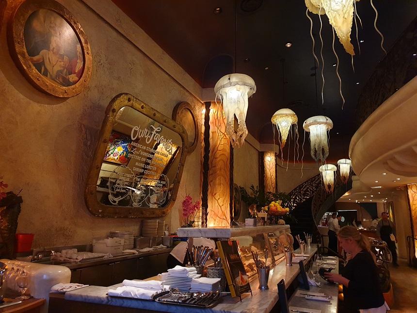 Het prachtige jellyfish decor in de gelijknamige lounge