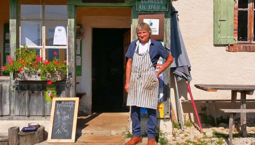 Norbert Bournez staat trots voor zijn landelijke restaurant La Petite Echelle.