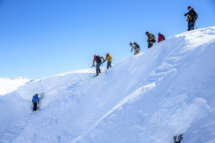 Ski Mountaineering - via een touw afdalen in de kloof om vervolgens te kunnen afdalen in de poedersneeuw