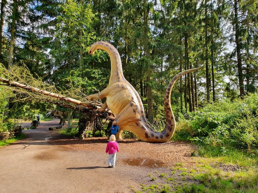 Givskud Zoo heeft een enorm dinosauruspark en behoort mede daardoor thuis in het rijtje met leukste kids tips Denemarken