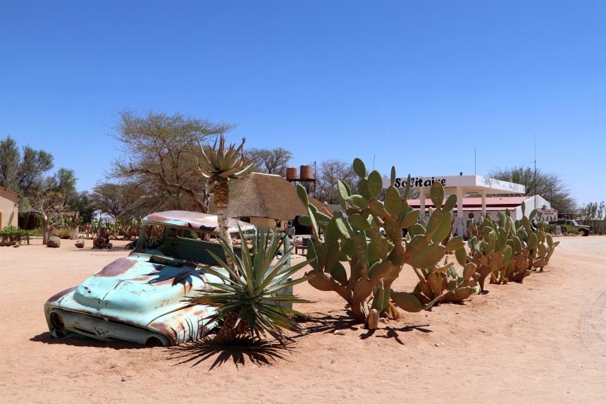 Benzine, verfrissingen én verse appeltaart, middenin de woestijn: dat is Solitaire