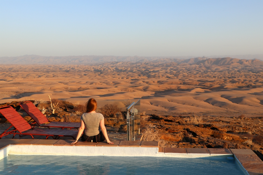 Blogger Sascha geniet van de zonsondergang in de woestijn van Namibie