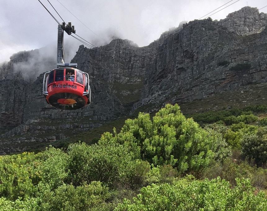 Geniet van een 360graden uitzicht in de kabelbaan naar de top van de Tafelberg