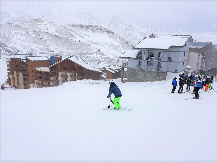 Het testen van de sneeuwscoot vanuit het centrum van Val Thorens