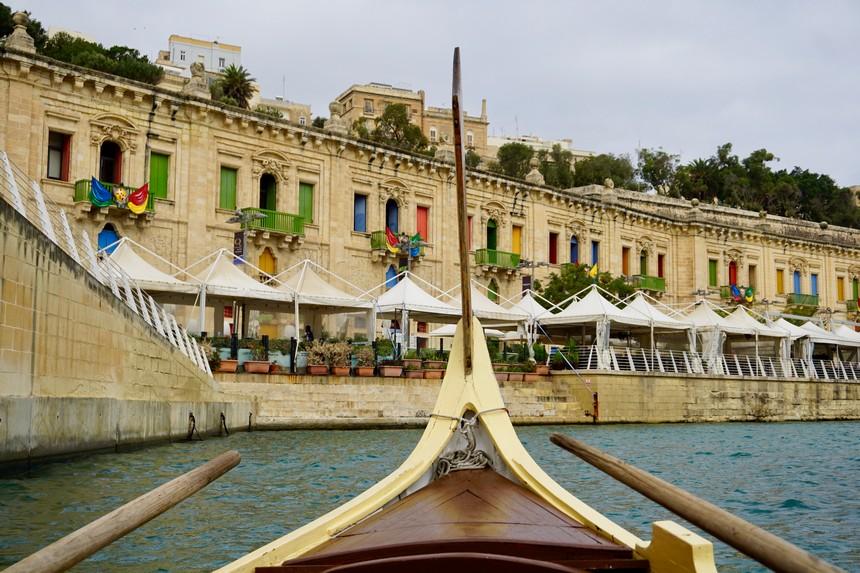 Een dgħajsa, een traditionele watertaxi uit Malta