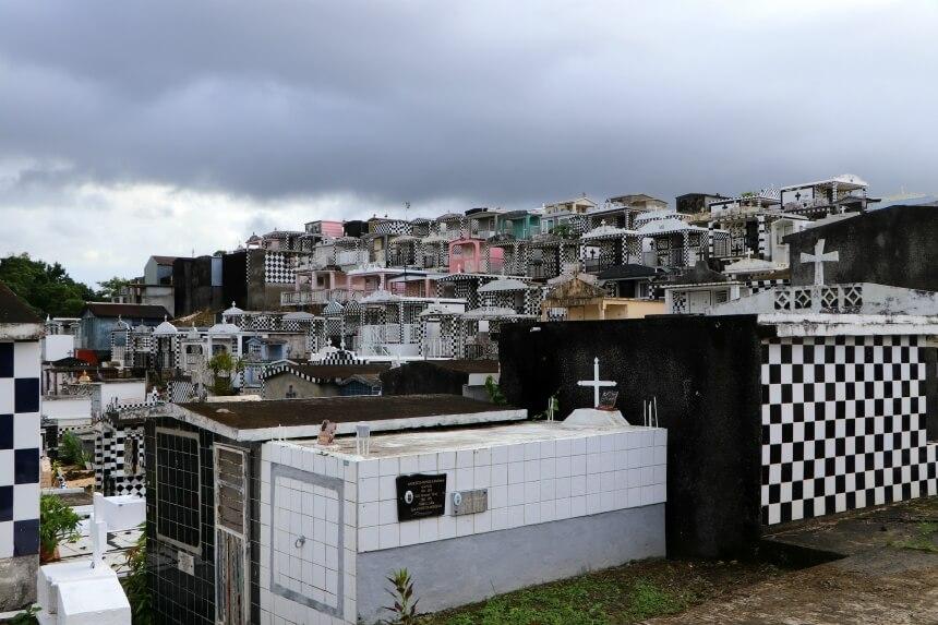Cultuur op Guadeloupe: de bijzondere begraafplaats met zwart-wit betegelde graven