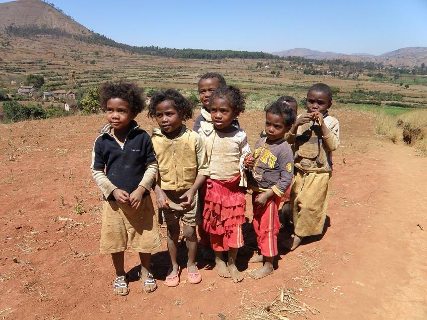 Lokale kinderen zijn heel enthousiast en vriendelijk tegen toeristen