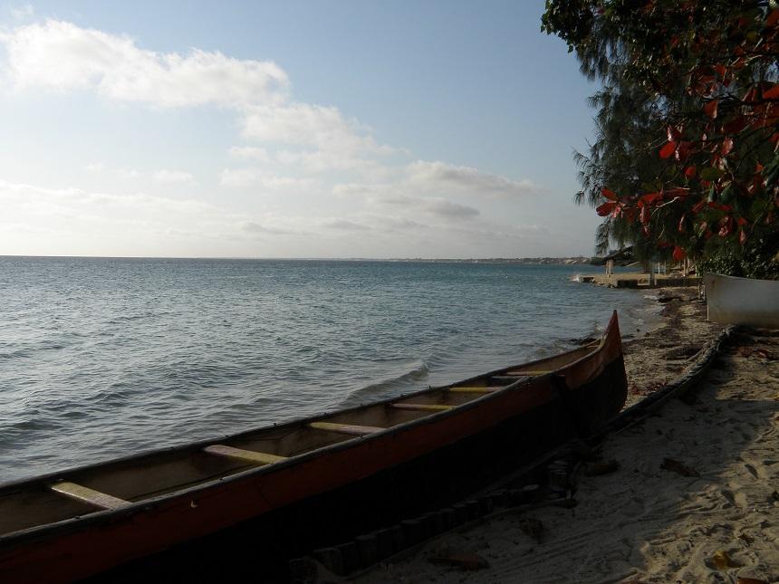 Op het strand zie je veel zelfgemaakte vissersbootjes