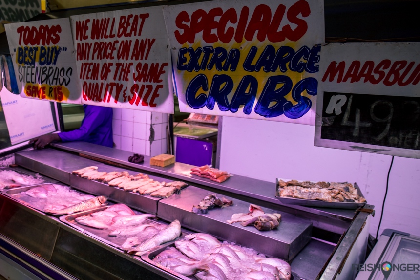 Op de overdekte markten wordt vlees en vis verkocht