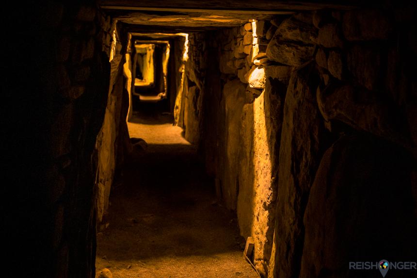 Dwars door Knowth loopt een lange gang waaraan verschillende graftombes liggen