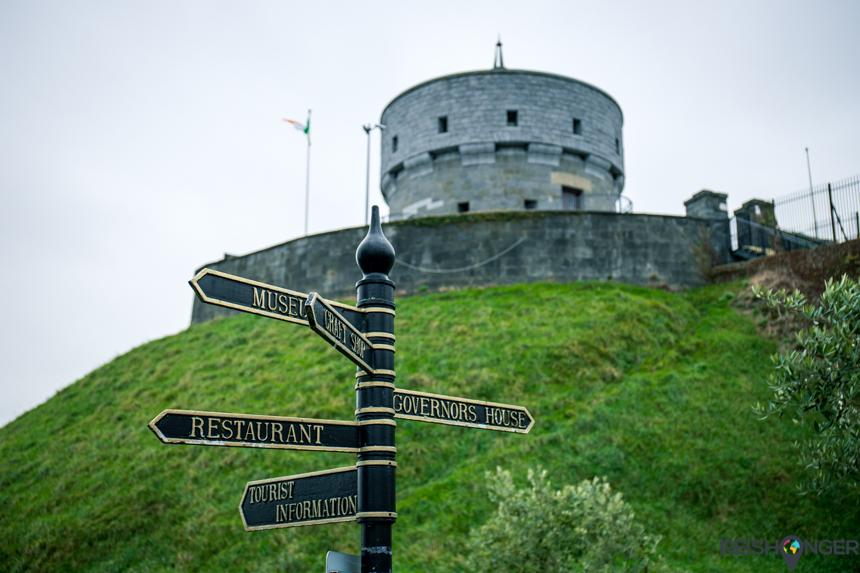 de Martello Tower naast het Millmount museum