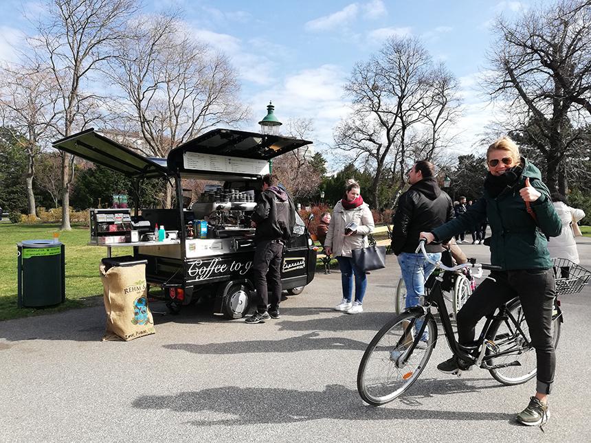 Fietsend door Wenen, een koffie to go in het stadspark