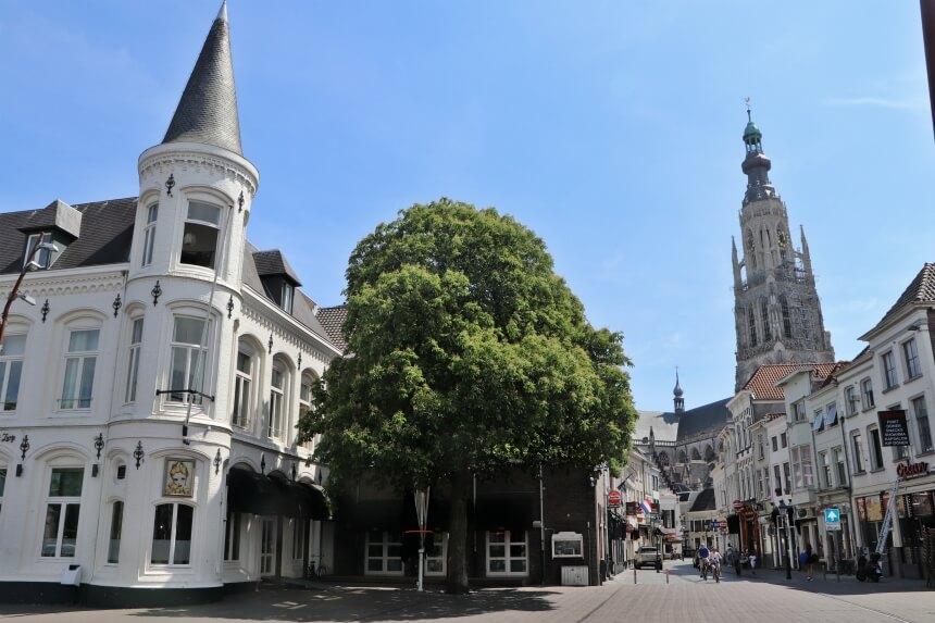Het uitgaanscentrum van Breda met op de achtergrond de Grote Kerk