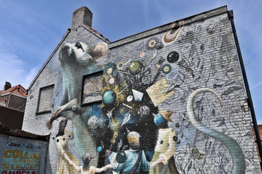 Deze muur herinnert aan slachtoffers van de Pest in de Middeleeuwen