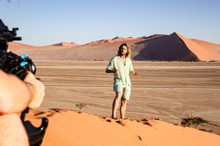 Charles Witlox in zandduin met camera - Foto @ Stephanie Zee
