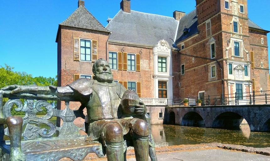 Maarten van Rossum voor zijn kasteel.