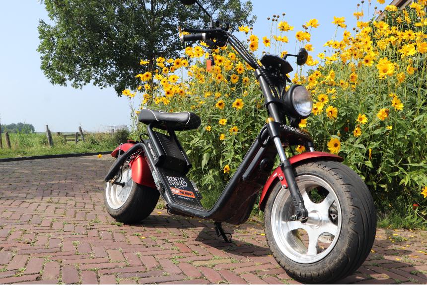 Met een elektrische scooter 'scheuren' in de omgeving van Volendam; verrassend leuk!