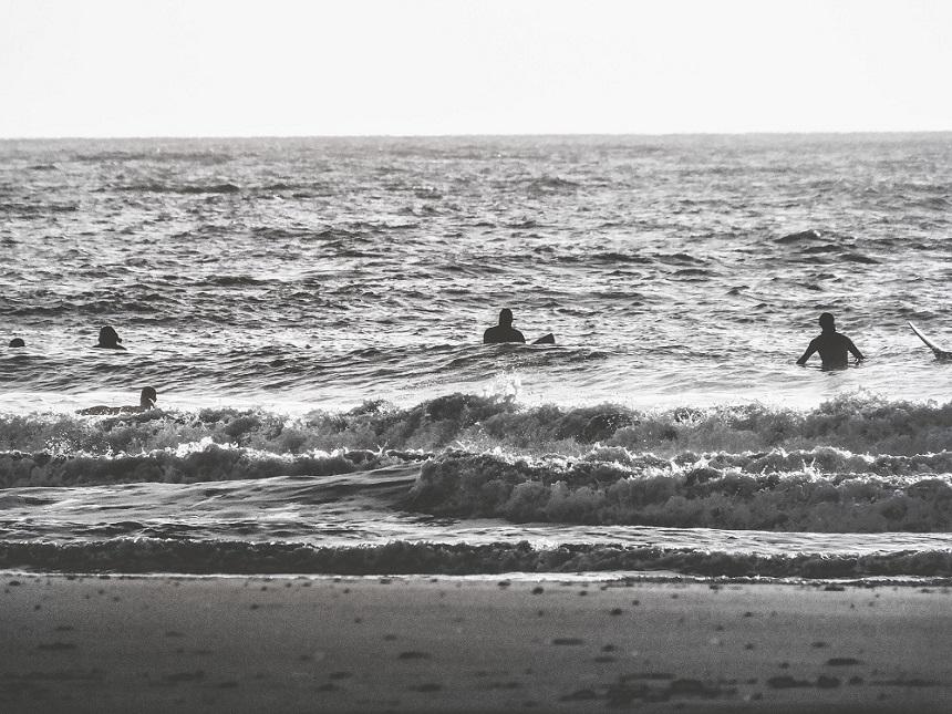 Surfers delen de binnenrollende golven in Domburg