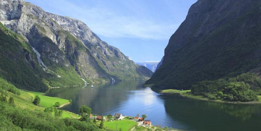 Naeroyfjord, midden in het fjordengebied van Noorwegen