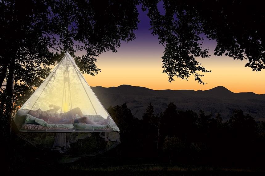 Wil je een keer echt wat anders, overweeg dan een trip naar Vače waar je kunt slapen in een 'zwevend' bed dat aan een sterke boomtak is vastgeknoopt, een klamboe is er overheen gedrapeerd.