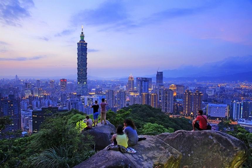 Hoewel Elephant Mountain misschien niet de hoogste berg is, is hij zeker de moeite waard. Vanaf metrohalte Xiangshan in de Taiwanese hoofdstad wandel je in ongeveer 20 minuten naar het uitzichtpunt. Hier kijk je uit over de prachtig verlichte metropool met als letterlijk hoogtepunt de Taipei 101, die ver boven de rest van de gebouwen uitreikt.