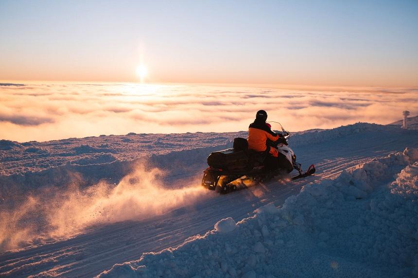 sneeuwscootersafari tijdens vakantie in Fins Lapland