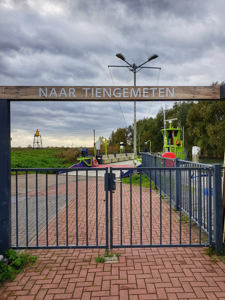 Naar Tiengemeten - vertrek pont vanaf Nieuwendijk in de Hoeksche Waard