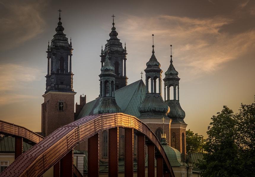 Jordanië brug met uitzicht op de basiliek