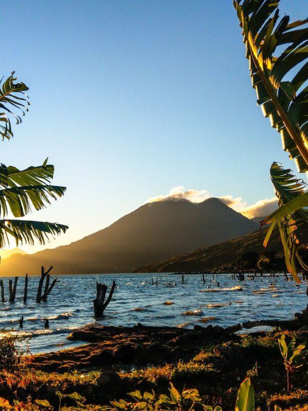 Sunrise bij Lake Atitlan vanuit San Pedro
